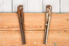 регулируемые wrenchs на деревянной предпосылке Стоковая Фотография RF
