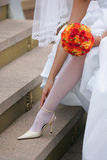 регулирующ невесту ее ботинки Стоковые Изображения