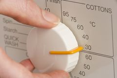 регулирующ холодную шкалу подвергните персону механической обработке для того чтобы помыть мыть Стоковые Изображения