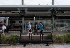 Регулярные пассажиры пригородных поездов в Hoboken Стоковые Фото
