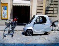 Регулярные пассажиры пригородных поездов используют электрические велосипед и велосипеды Velo в Европе стоковая фотография rf