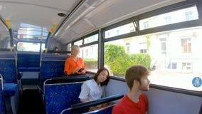 Регулярные пассажиры пригородных поездов путешествуя на автобусе 4k сток-видео