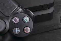 Регулятор игры изменения 1Tb и dualshock Сони PlayStation 4 тонкий Консоль игры с кнюппелем Консоль игры домашнее видео Стоковое фото RF