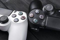 Регулятор игры тонкого изменения 1Tb Сони PlayStation 4 и 2 dualshock на предпосылке деревянного стола Консоль игры домашнее виде Стоковая Фотография RF