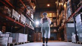 Регулятор проверяя складское помещение фабрики Фабрика конфеты видеоматериал