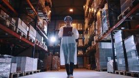 Регулятор проверяя складское помещение фабрики сток-видео