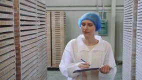 Регулятор проверяя storehouse фабрики сток-видео