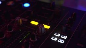 Регулятор DJ для смешивая музыки дома и красочный свет в клубе диско Игрок смесителя DJ и ядровая консоль для танца techo сток-видео