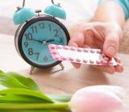 Регулирование рождаемости, противозачаточные таблетки в руке стоковое изображение rf