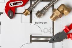 Регулируемый ключ и трубы стоковые фото