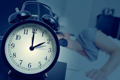 Регулирующ ОН назад часы в конце временени Стоковые Фотографии RF