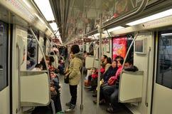 Регулярные пассажиры пригородных поездов внутри метро Шанхая тренируют железнодорожный экипажа Стоковое фото RF