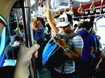 Регулярные пассажиры пригородных поездов в поезде стоковые фотографии rf