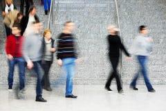 Регулярные пассажиры пригородных поездов идя вверх по лестницам, нерезкости движения Стоковые Изображения