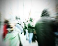 Регулярные пассажиры пригородных поездов пересекая на час пик стоковые изображения