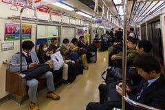 Регулярные пассажиры пригородных поездов поезда в Фукуоке Стоковое Фото