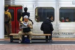 Регулярные пассажиры пригородных поездов поезда в Фукуоке Стоковая Фотография