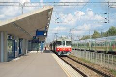 Регулярный пассажир пригородных поездов пассажира электрометрический на платформе станции Kouvola Финляндия стоковая фотография