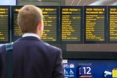 Регулярный пассажир пригородных поездов проверяя расписания Стоковое Фото