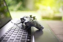Регулятор видеоигры на компьтер-книжке стоковое изображение
