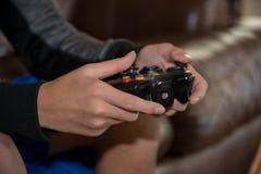 Регулятор видеоигры - размещение руки стоковые изображения