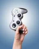 Регулятор игры в руке поднятой вверх стоковая фотография