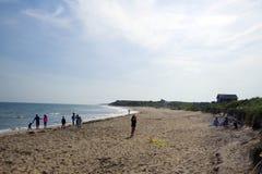 Редакционный рев змея летания девушки упрощает пляж Montauk Нью-Йорк Стоковое Изображение