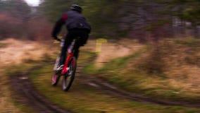 редакционо велосипедист пересекает раздел маршрута сток-видео