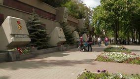 редакционо Группа людей идя около мемориала сток-видео