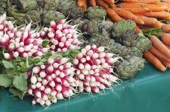 Редиски, артишоки и моркови на рынке Стоковые Изображения RF