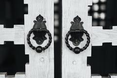 Редкие ручки двери на деревянных стробах Стоковое Изображение