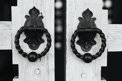 Редкие ручки двери на деревянных стробах Стоковые Изображения