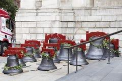 Редкий визировать колоколов St Pauls Cathedral's будучи извлеканным для реновации, Лондона, Англии, стоковое изображение rf