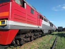 Редкий красный поезд На железнодорожных вокзалах железная дорога Стоковые Фото