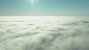Редкий туман зимы раннего утра над горизонтом города залива и небоскр сток-видео