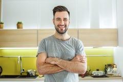 Режим человека холостяка ежедневный в концепции образа жизни кухни одиночной пересек оружия Стоковая Фотография