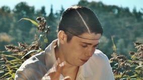 Режиссер в сети волос и белых одеждах уныло реагируя выкрик на действующей сцене акции видеоматериалы