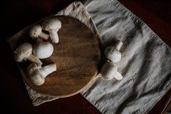 Режут грибы на доске кухни Стоковые Изображения RF
