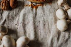Режут грибы на доске кухни Стоковое Изображение