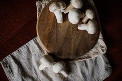 Режут грибы на доске кухни Стоковые Фото