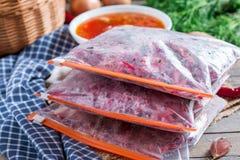 Режут морковей, свеклы и луки для жарить для борща поставка замерзать Варить супа стоковые изображения