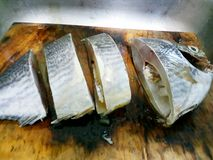 Режут рыбу в части на разделочной доске стоковая фотография