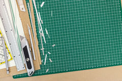 Режущие инструменты на работая столе - общего назначения ноже, правителе металла, penc Стоковое Изображение
