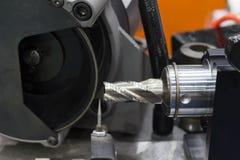 режущий инструмент в re-точить отростчатой машине стоковое фото