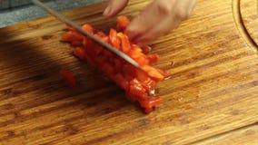Режущ испеченный болгарский перец и варить спагетти Bolognese в кухне акции видеоматериалы