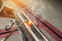 Резать автоматическое тело с факелом газа стоковое фото rf