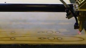 Резать деревянные части с резцом лазера CNC Горя машина cnc древесины Процесс создания частей в машине CNC сток-видео
