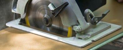 резать древесину пилы Стоковые Фотографии RF