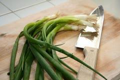 резать зеленые луки Стоковое Фото