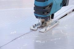 Резать лист поликарбоната зигзагом автомата для резки стоковая фотография rf